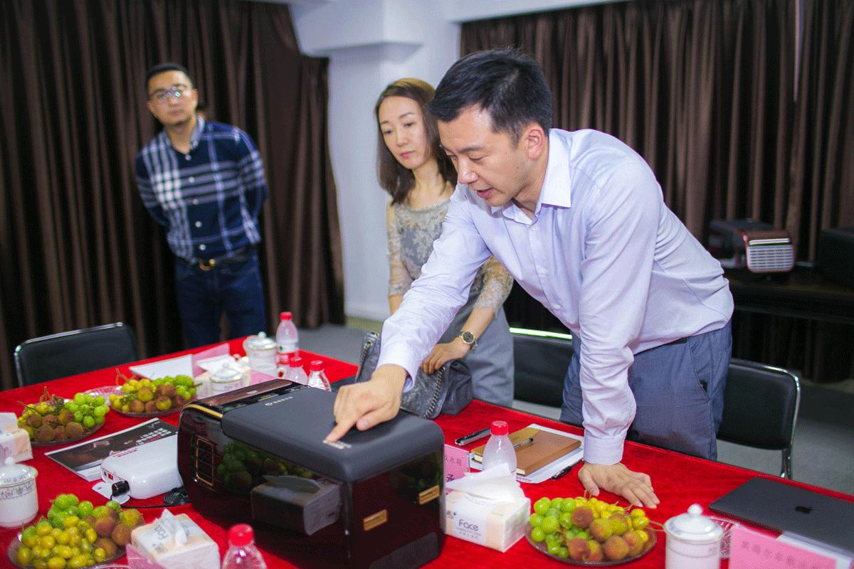 滴滴豪华车事业部总经理杨楠体验英得尔车载冰箱