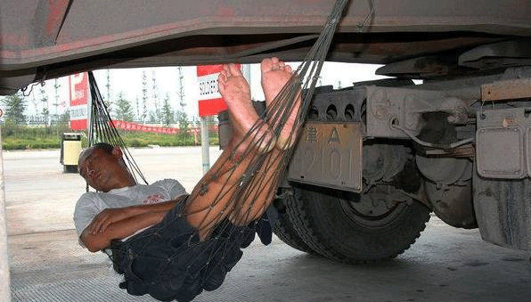 睡吊床的卡车司机